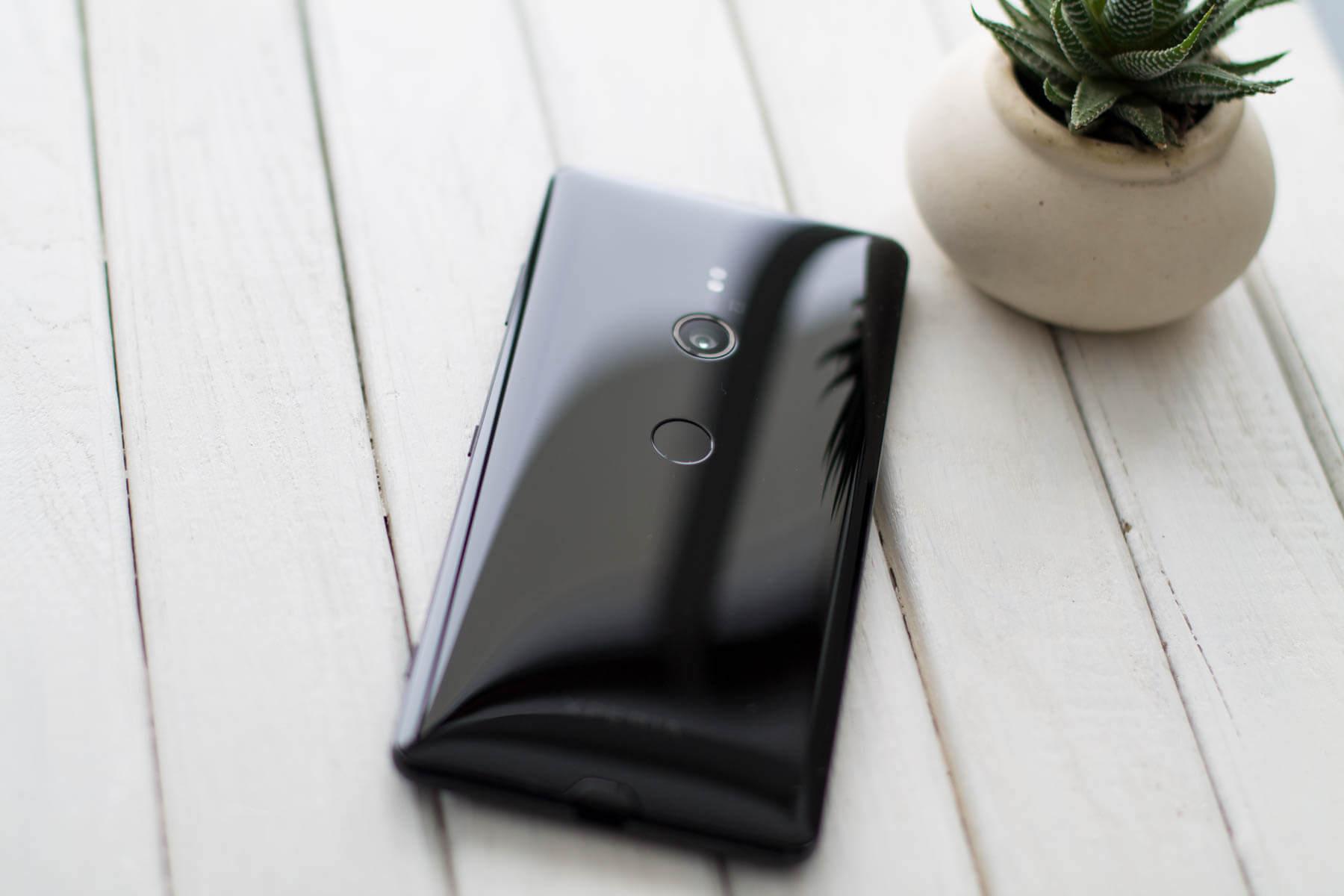 Sony XZ3 сзади в интерьере