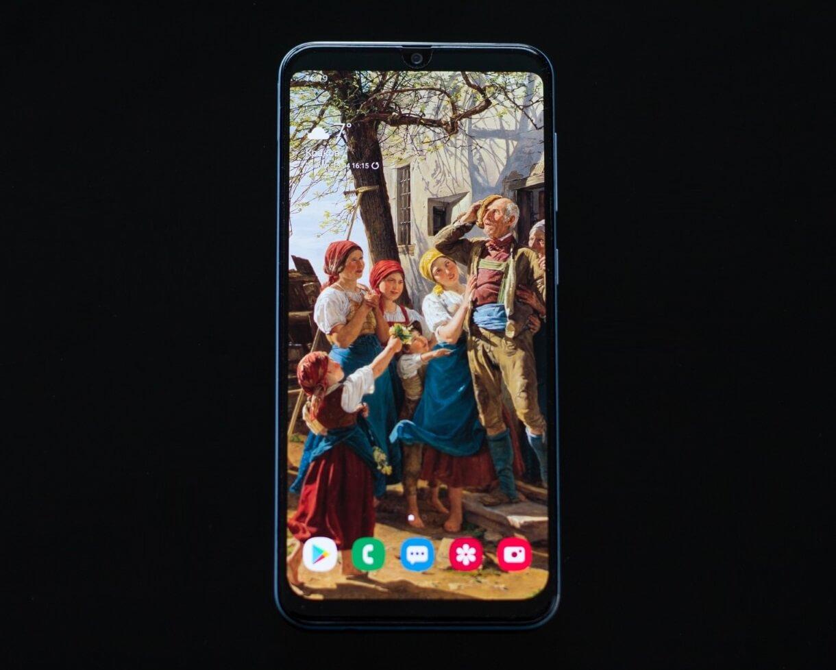 Как скрыть вырез под камеру на Galaxy A50?
