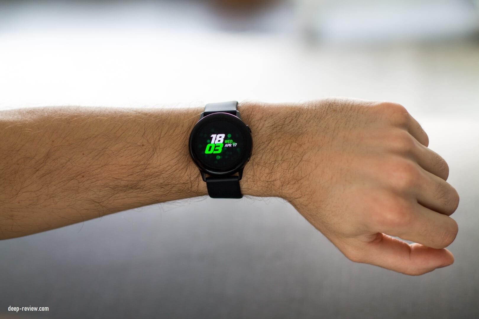 Как выглядят Samsung Galaxy Watch Active на мужском запястье?