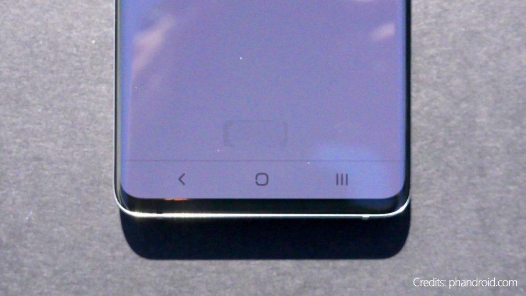 Сканер отпечатка пальцев на Galaxy S10 просвещается и виден на солнце
