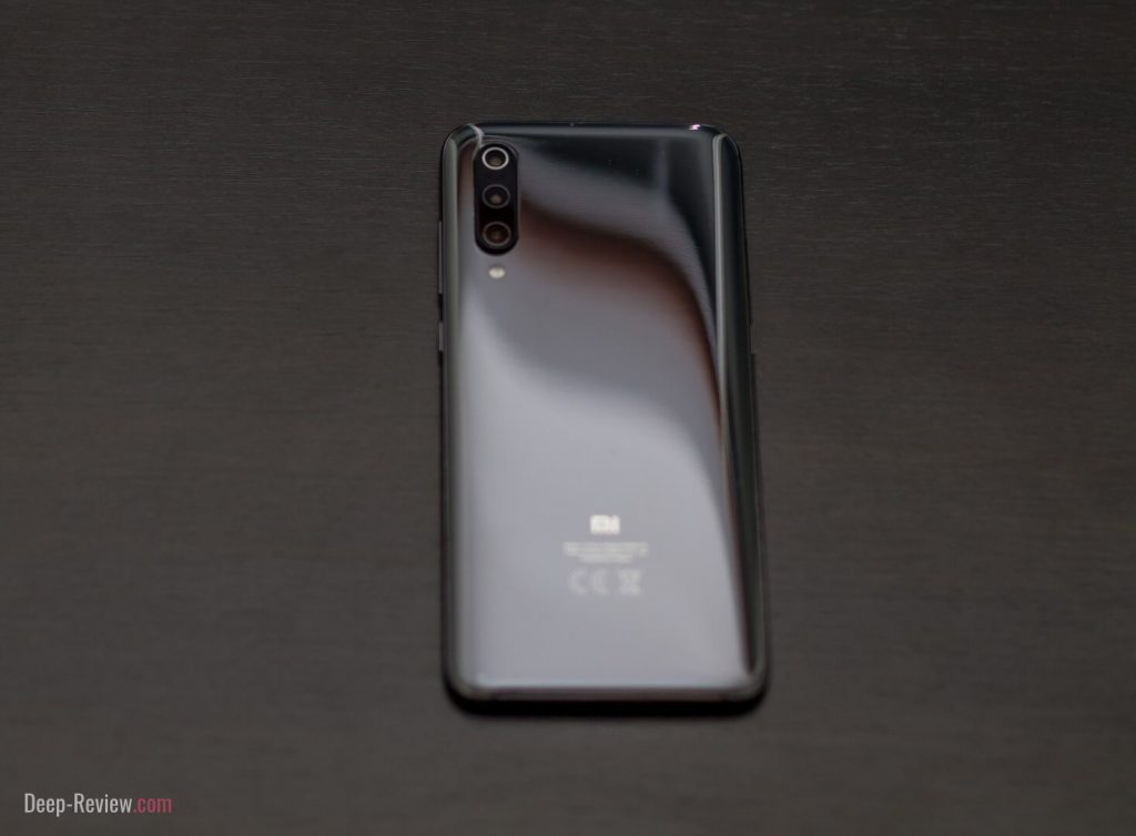 Xiaomi Mi 9 вид сзади