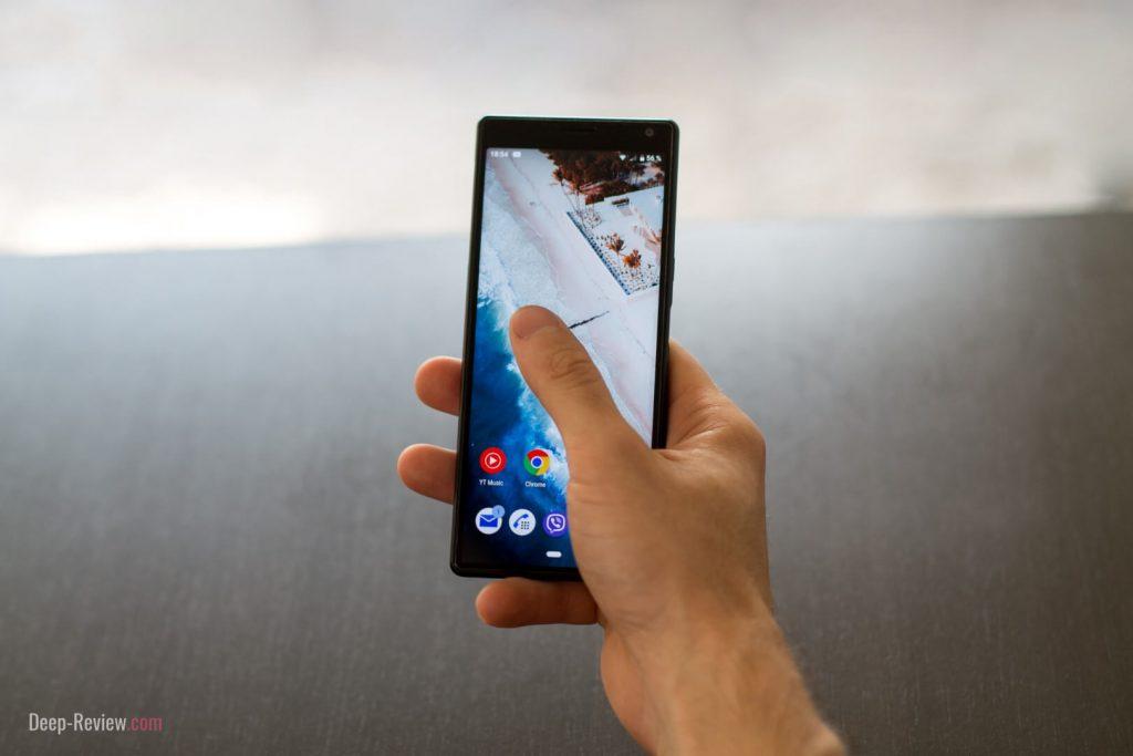 Палец легко покрывает половину всего экрана Sony Xperia 10