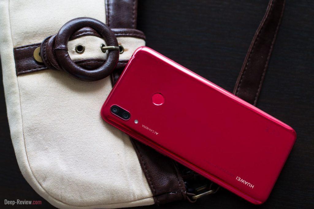 Смартфон Huawei Y7 2019 в интерьере