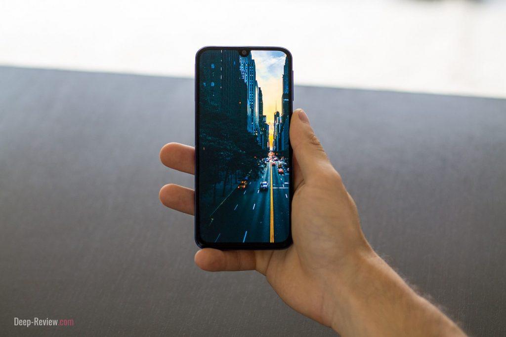 Смартфон Galaxy A40 очень удобно держать в руке