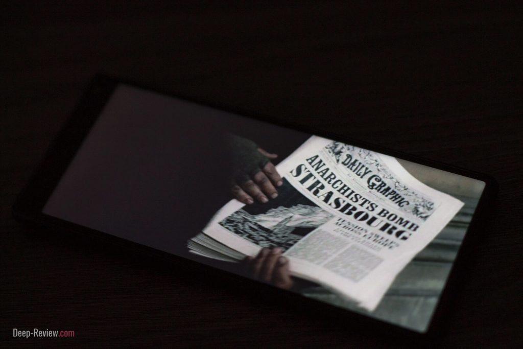Просмотр фильма ночью на экране Sony Xperia 10 под углом