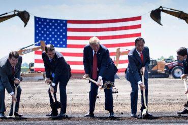 сотрудники Foxconn и президент США закладывают фундамент завода