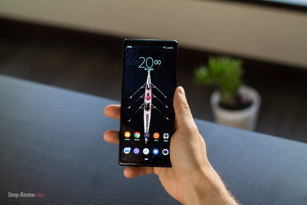 как Sony Xperia 1 лежит в руке