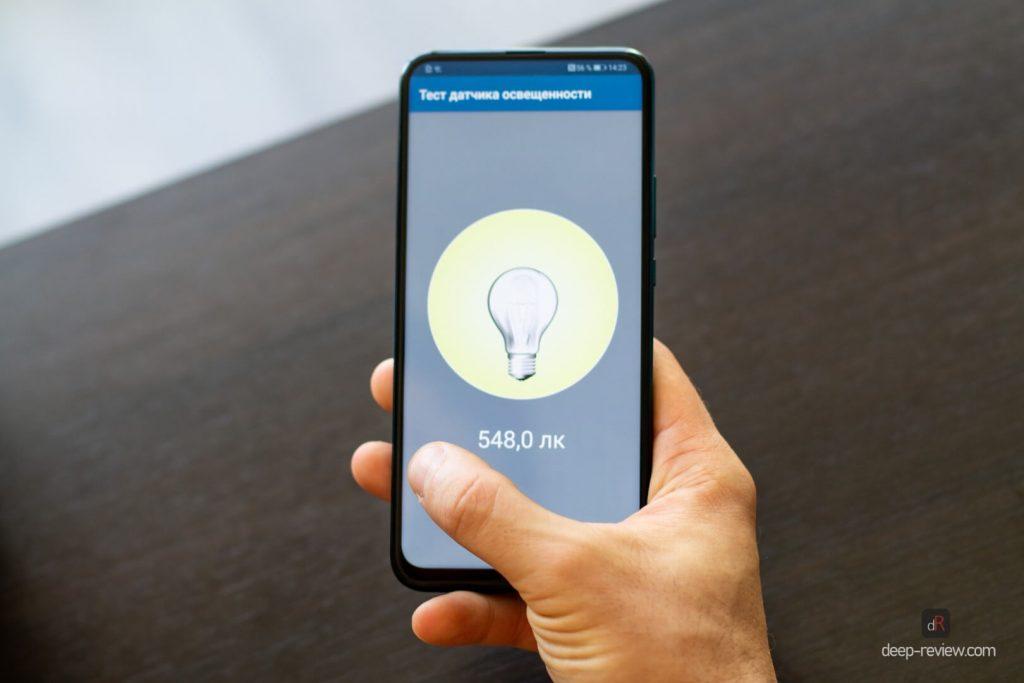 палец прикрывает датчик света на Huawei P Smart Z