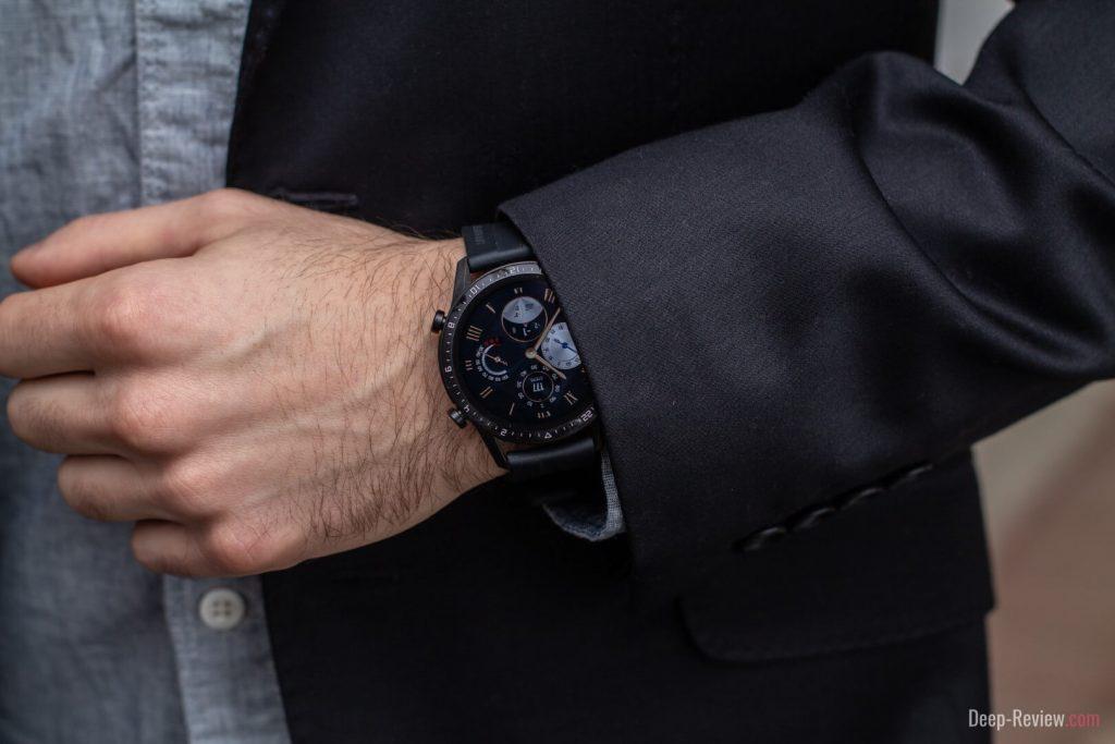 часы huawei watch gt2 на запястье под костюм