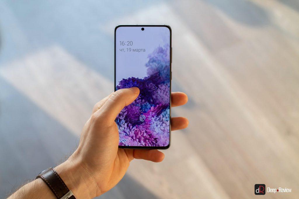 Samsung Galaxy S20 в руке