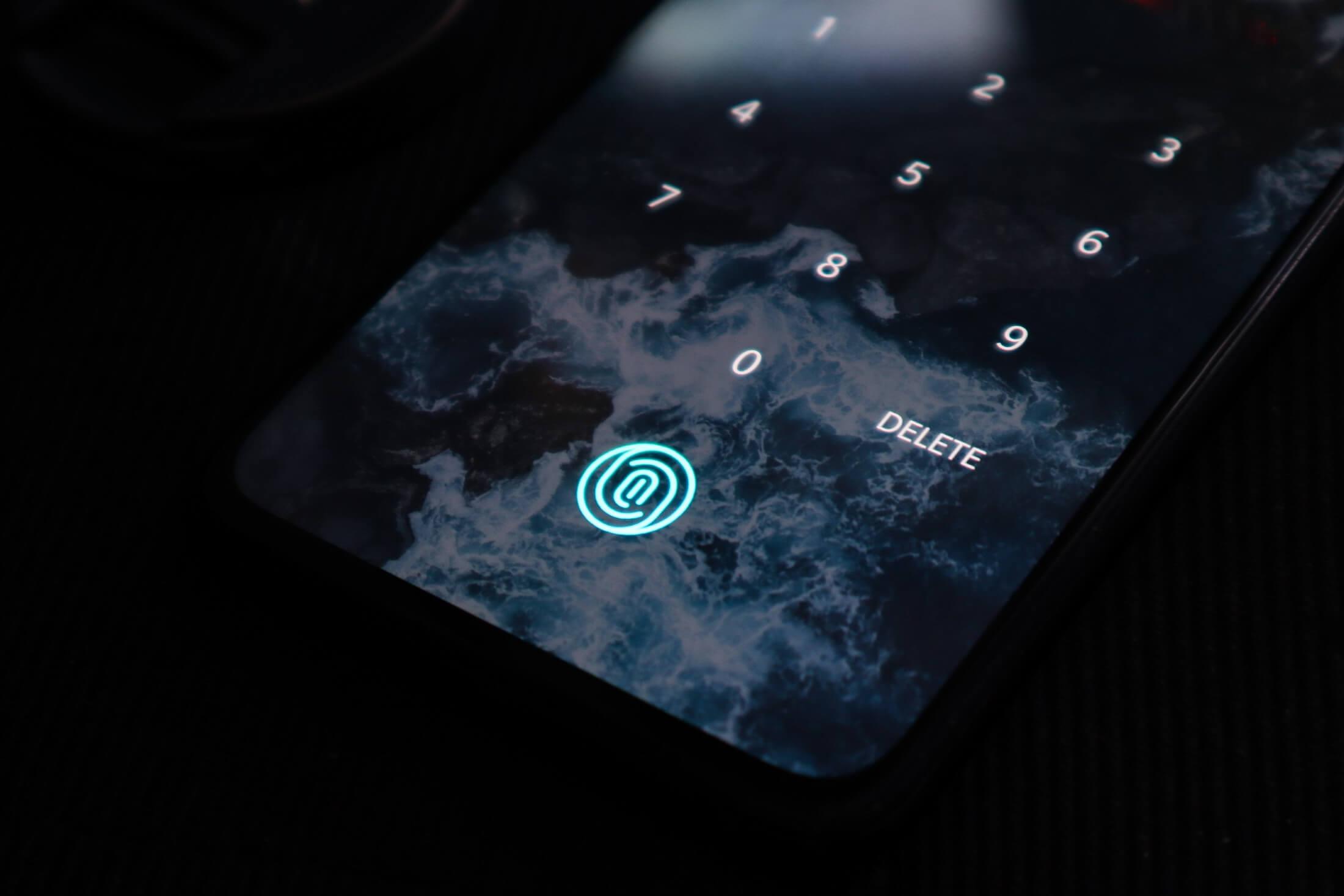 сканер отпечатков пальцев на смартфоне в экране