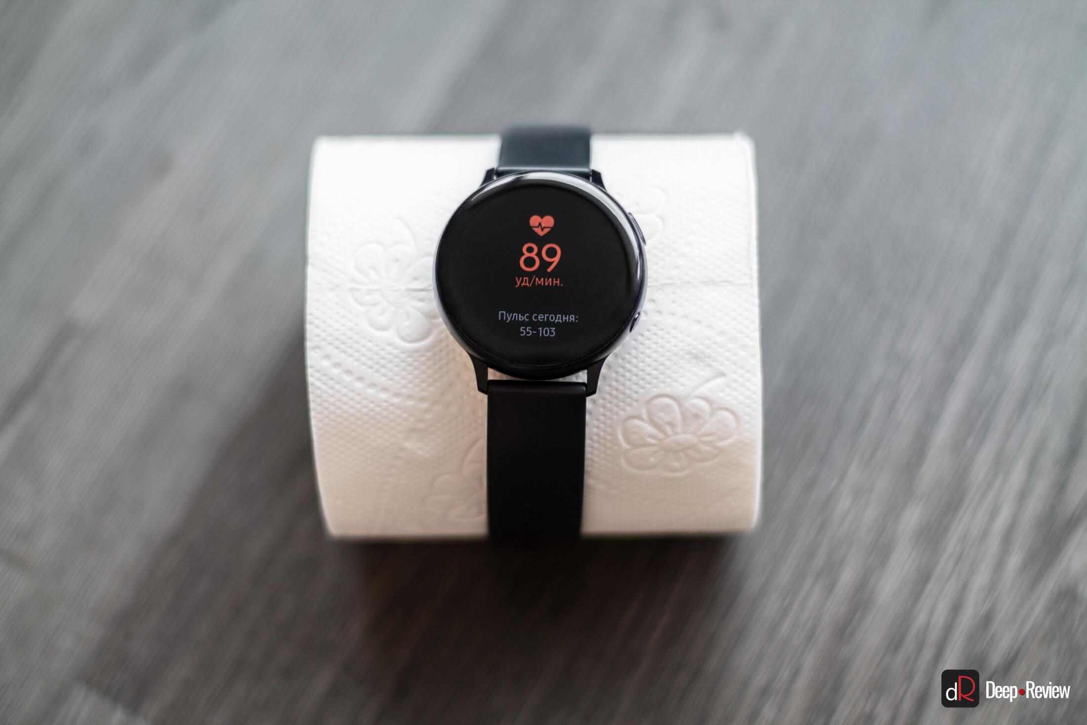 фитнес-браслет, измерение пульса у туалетной бумаги