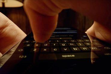 палец касается экрана смартфона