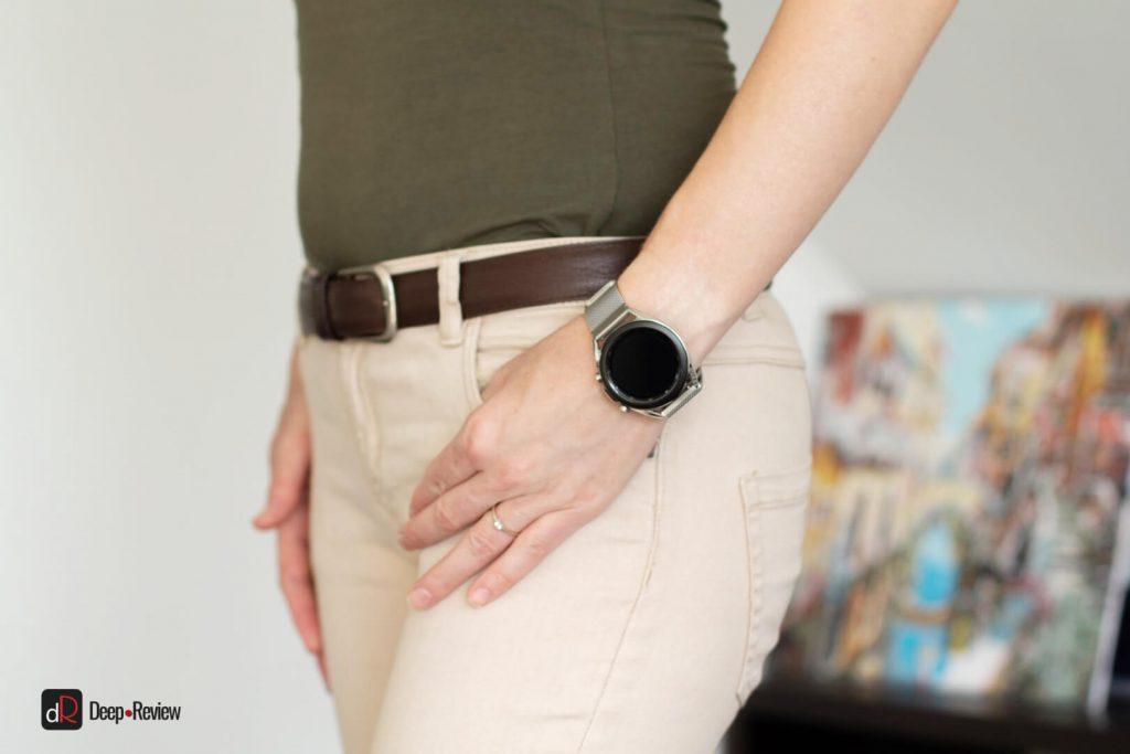 galaxy watch 3 на женском запястье и браслете