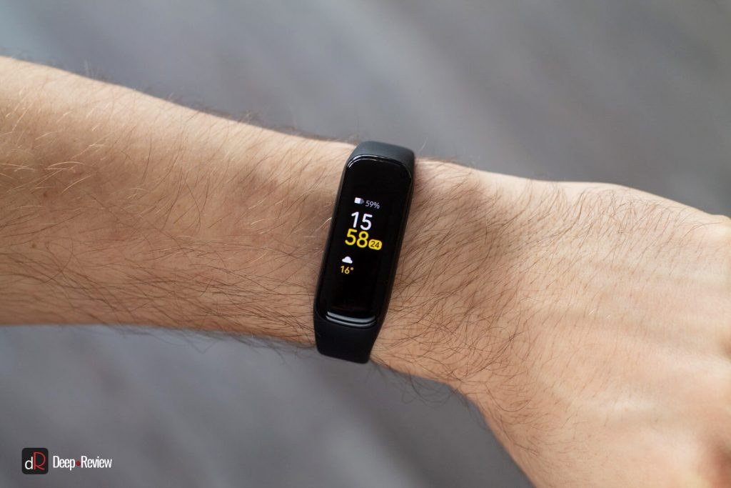 galaxy fit2 на руке