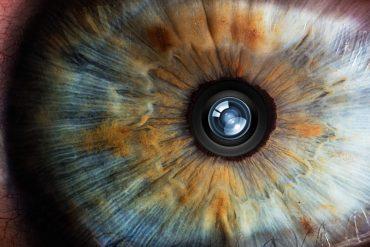 глаз человека с камерой смартфона