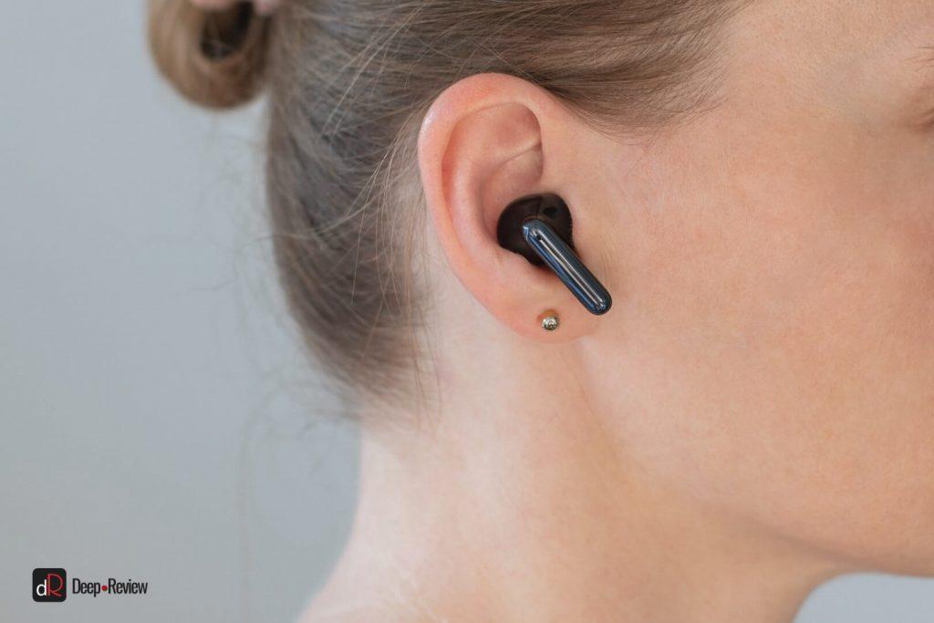 наушники oppo enco x в женских ушах